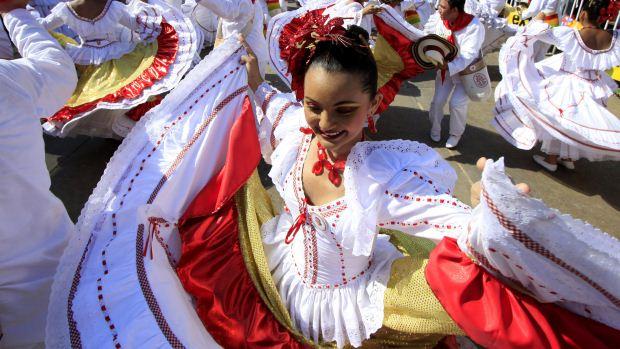 Jovem dança no Carnaval de Barranquilla, na Colômbia, durante a Batalha de Flores, o primeiro desfile dos festejos no país - 18/02/2012