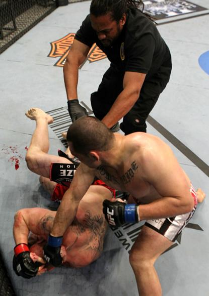 Com a vitória sobre Minotauro, Cain (à dir.) pôde disputar o cinturão contra Brock Lesnar no UFC 121, em 2010. Sagrou-se campeão ao nocautear o adversário no primeiro round