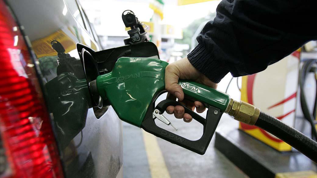 Petrobras anuncia alta na gasolina e preço sobe 7% em dois dias   VEJA
