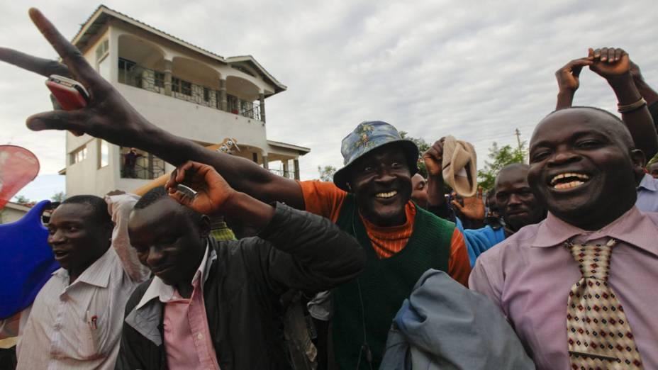 No Quênia, pessoas comemoram nas ruas a reeleição do presidente americano Barack Obama