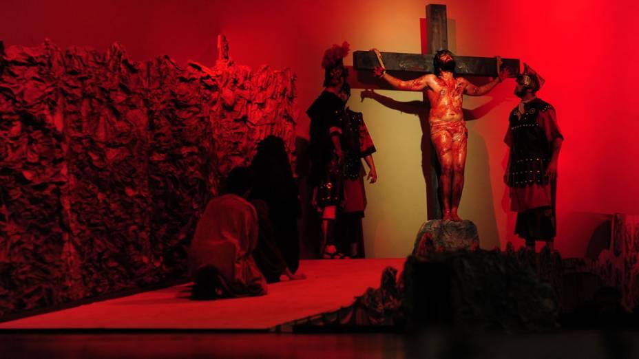 No Brasil, atores encenam a Paixão de jesus Cristo numa igreja de São José dos Campos, São Paulo