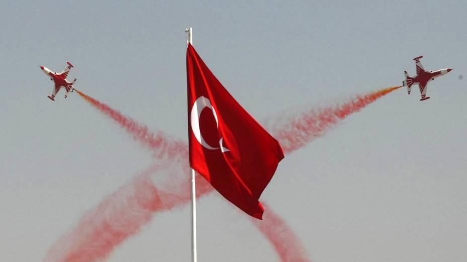 As Forças Aéreas da Turquia realizam acrobacias na cerimônia de comemoração dos 88 anos da vitória na Batalha de Dumlupinar, a batalha final da Guerra de Independência Turca