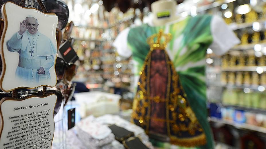 A população da cidade vive do comércio que é movimentado pela fé de quem vai até Aparecida para agradecer ou pedir alguma graça à Santa Padroeira do Brasil