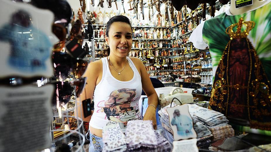 A vendedora Taira Diniz na loja em Aparecida