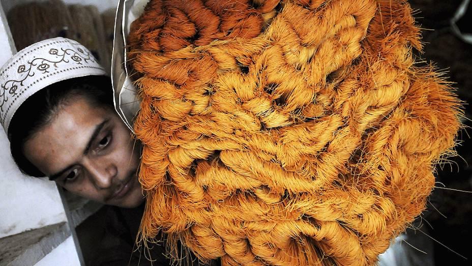 Indiano leva fios de macarrão para serem usados em prato tradicional doce, preparado pela comunidade muçulmana durante o Ramadã