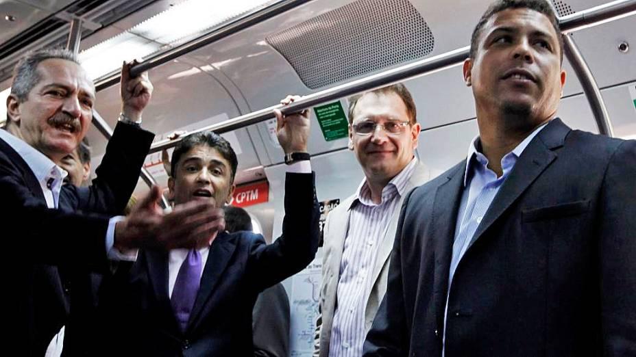 Aldo Rebelo (à esq.), Bebeto, Jérôme Valcke e Ronaldo (à dir.) foram de trem até o estádio em Itaquera, em São Paulo