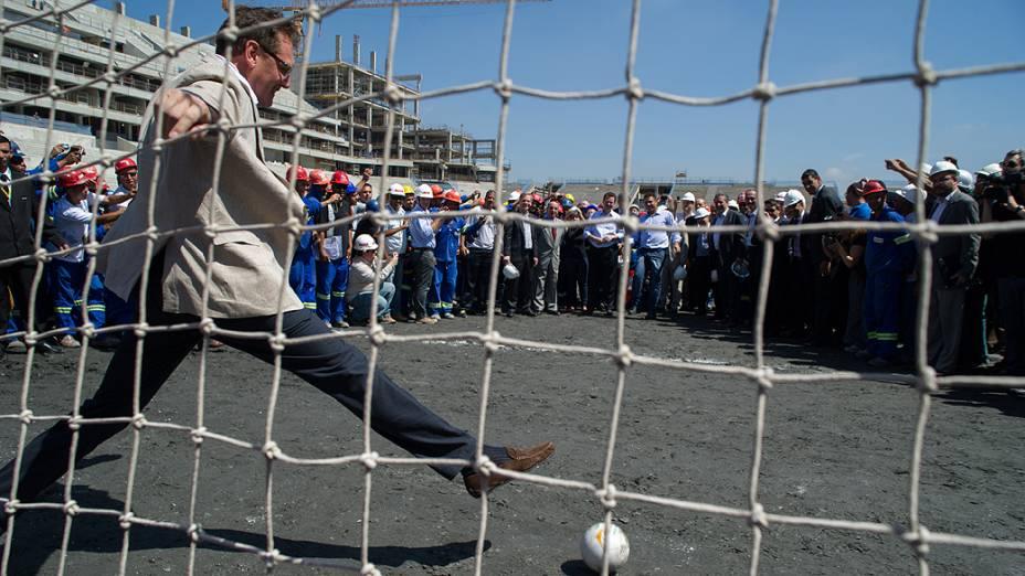 <br><br>  Secretário-geral da Fifa, Jérôme Valcke tenta defender pênalti batido por Ronaldo durante visita da FIfa e COL ao Itaquerão