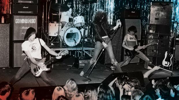 Os Ramones durante show na década de 1970