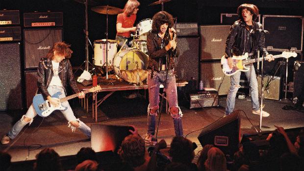 Os Ramones durante show na década de 1980