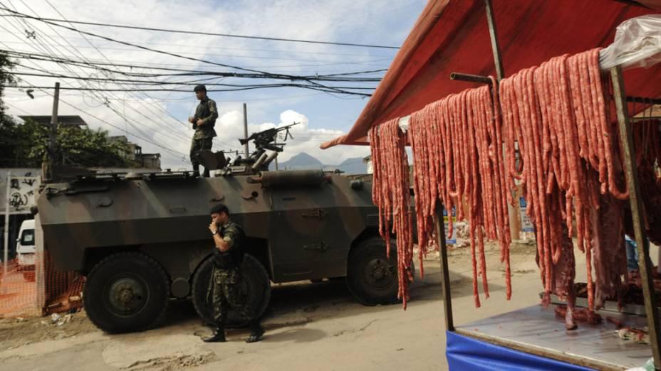Exército faz a segurança em feira livre no Complexo do Alemão