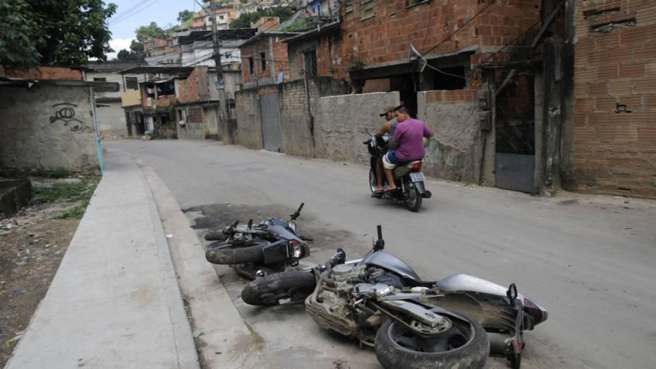 Moradores do Complexo do Alemão observam motos deixadas pelos traficantes após invasão militar