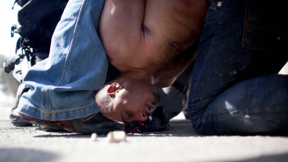 Policias prendem jovem árabe-israelense que entrou em conflito com israelenses de extrema-direita. Moradores de uma cidade árabe-israelense atiraram pedras e queimaram pneus em represália a passagem dos ortodoxos pela região