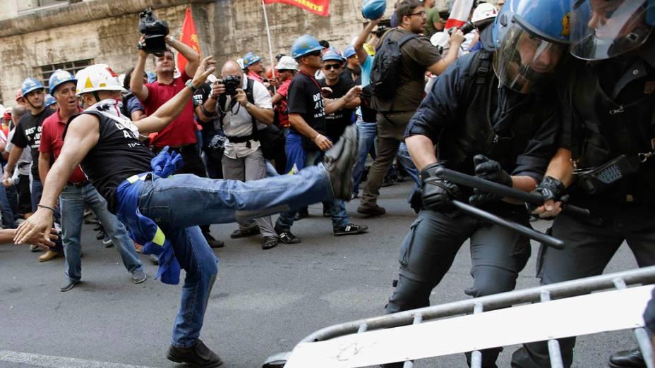 Conflito durante protesto de trabalhadores demitidos da Alcoa, na Itália