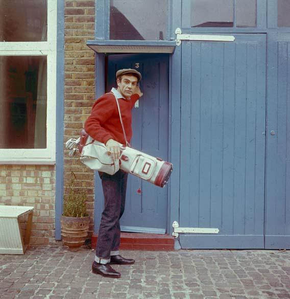 Em 1962, o ator foi flagrado durante seu tempo de folga se preparando para jogar golfe - Chris Ware/Keystone/Getty Images