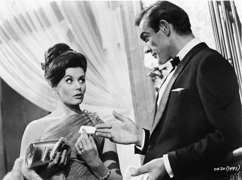 Contracenando com Eunice Gayson no filme 007 Contra o Satânico Dr. No, em 1962 - MGM Studios/Courtesy of Getty Images