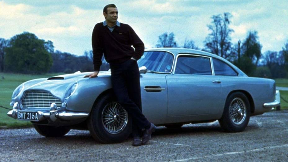 Connery posa ao lado do automóvel Aston Martin DB5, usado em 007 Contra Goldfinger - MGM/UA Entertainment/The New York Times