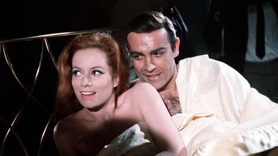Patricia Fearing, interpretada por Molly Peters, massageia o agente secreto em 007 Contra a Chantagem Atômica, de 1965