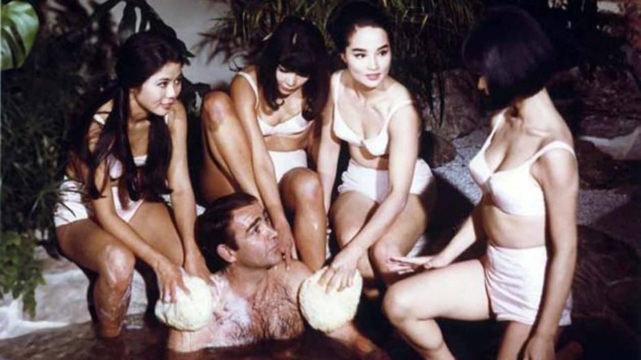Cercado por mulheres em Com 007 só se Vive Duas Vezes, de 1967