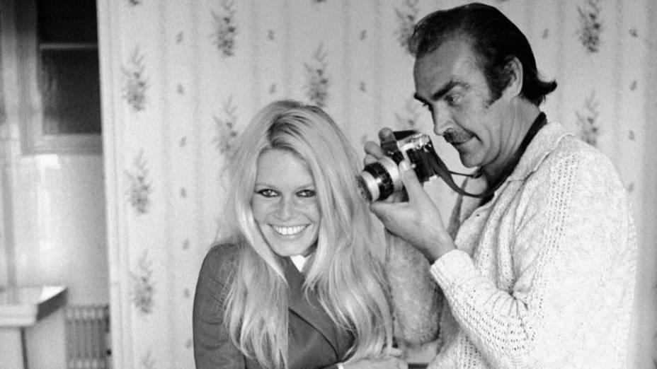Sean Connery tira fotos de Brigitte Bardot durante as filmagens de Shalako, dirigido por Edward Dmytryk em 1968