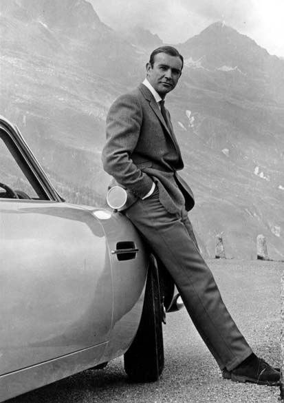 Connery posa ao lado do famoso carro Aston Martin DB5, usado nos filmes do agente 007 - Michael Ochs Archives/Getty Images
