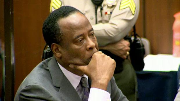 Conrad Murray, médico de Michael Jackson, ouve o juíz Michael Pastor, no dia do anúncio de sua sentença
