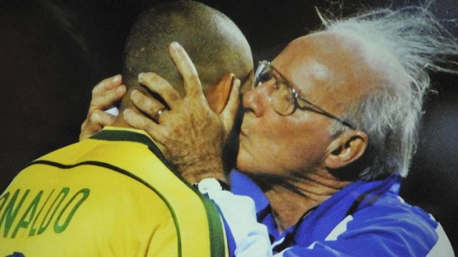 Consolando Ronaldo após a derrota para a França na final da Copa de 1998