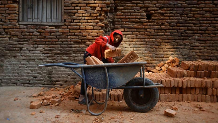 Garoto trabalha em construção em Katmandu, Nepal