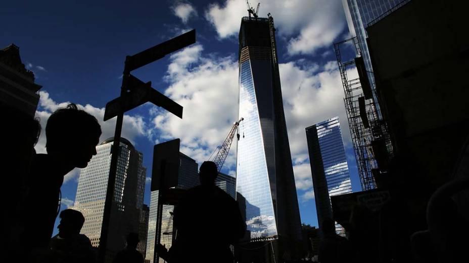 Pedestres caminham próximos à Torre da Liberdade na véspera do aniversário do ataque de 11 de setembro em Nova York
