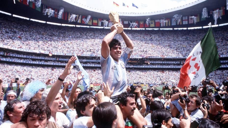 Maradona comemora a vitória da Argentina na Copa do Mundo em 1986, no México