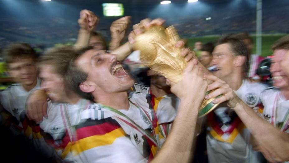 Em 1990, na Itália, os alemães foram os campeões da Copa do Mundo. Na foto, o jogador Jürgen Kohler