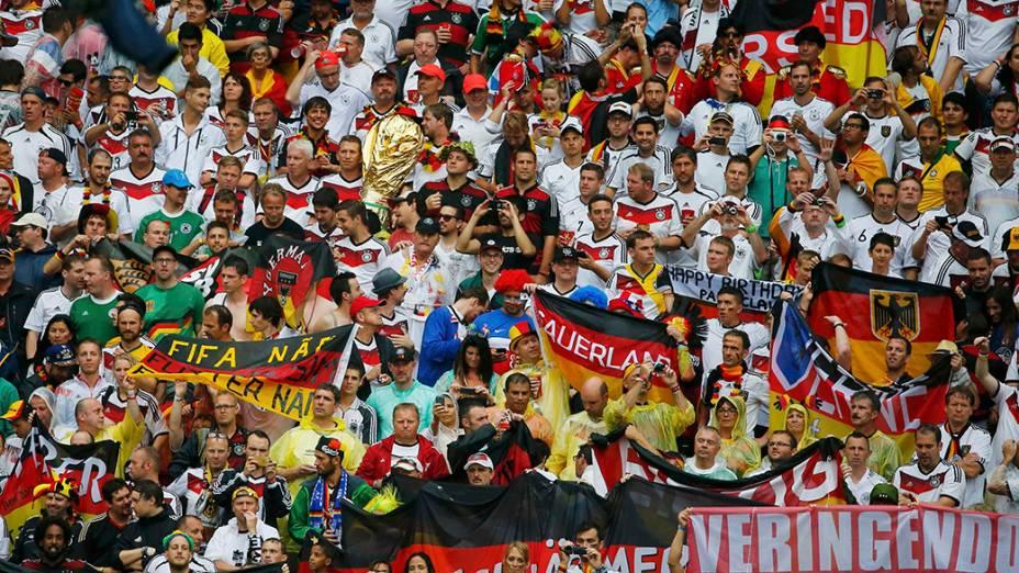Torcedores alemães comemoram vitória de 1 x 0 sobre os Estados Unidos, na arena Pernambuco, em Recife