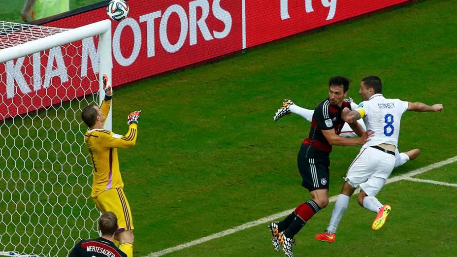 Lance na partida entre os Estados Unidos e a Alemanha, na arena Pernambuco, em Recife