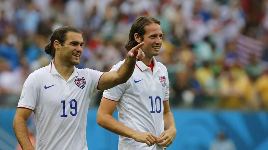 Os americanosDiskerud e Graham Zusi no final da partida contra a Alemanha, na arena Pernambuco, em Recife