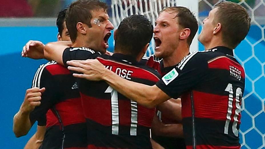 Jogadores da Alemanha comemoram gol contra os Estados Unidos na Arena Pernambuco, em Recife