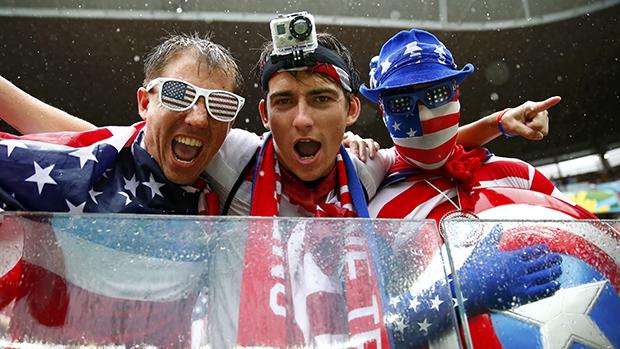 Torcedores americanos acompanham a partida contra a Alemanha, na arena Pernambuco, em Recife
