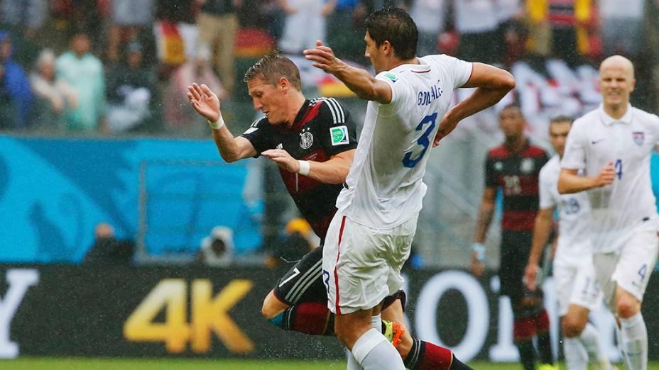 Lance da partida entre Estados Unidos e Alemanha, na arena Pernambuco, em Recife