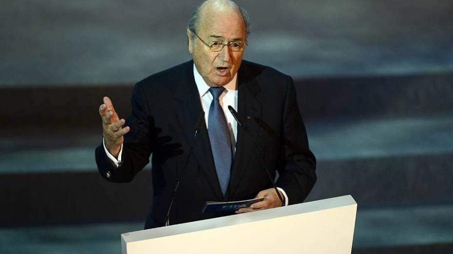 Joseph Blatter durante o sorteio dos grupos da Copa das Confederações