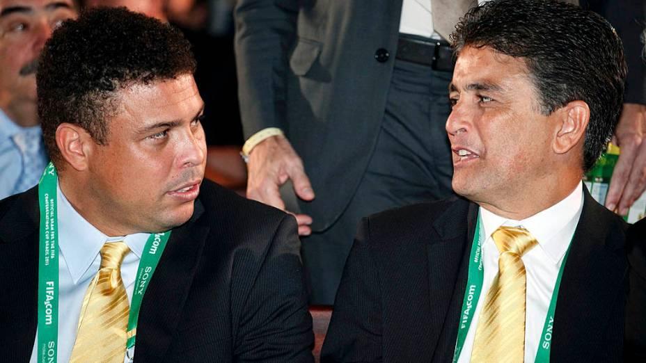 Ronaldo e Bebeto conversam durante o sorteio dos grupos da Copa das Confederações