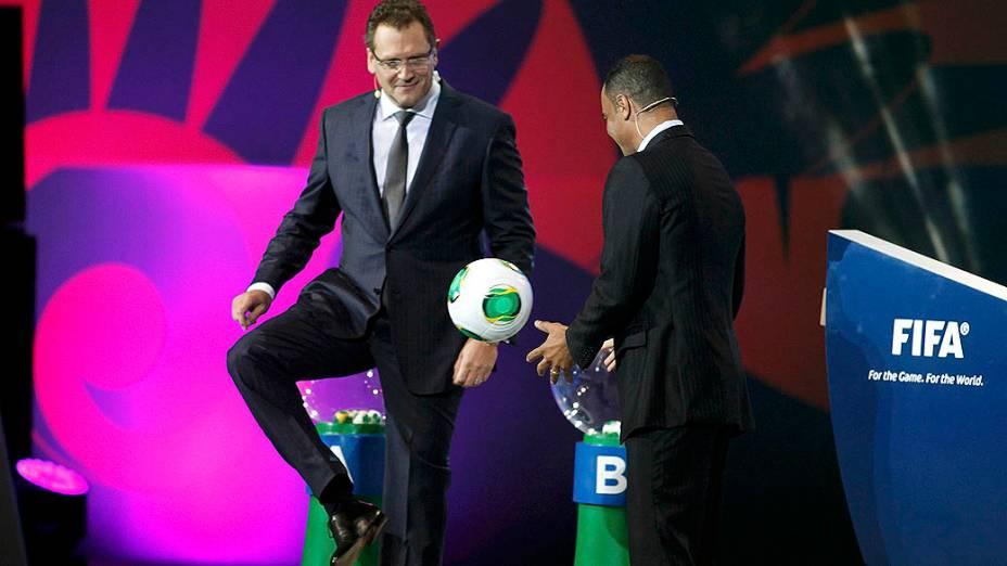 Jérôme Valcke e Cafú no sorteio dos grupos da Copa das Confederações