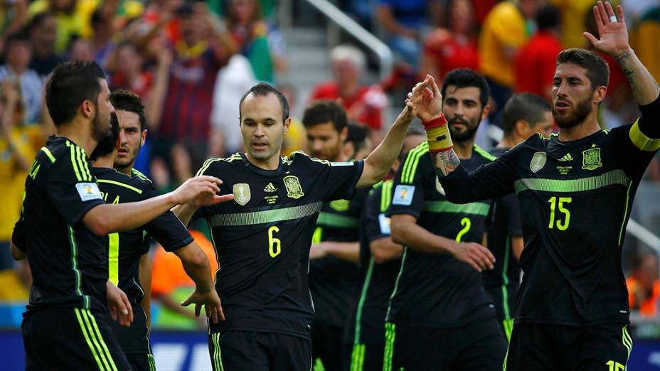 Jogadores comemoram gol de David Villa contra a Austrália