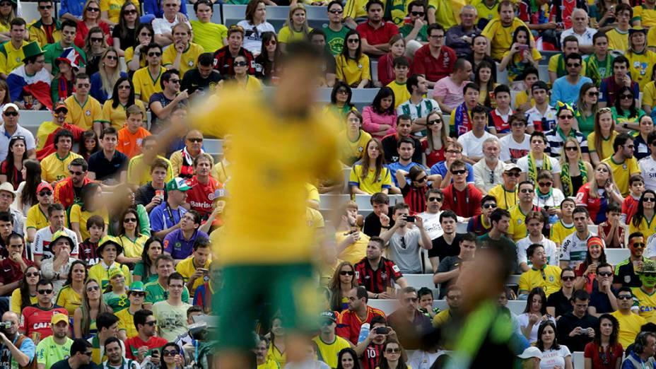 Torcida assiste partida entre Austrália e Espanha, em Curitiba