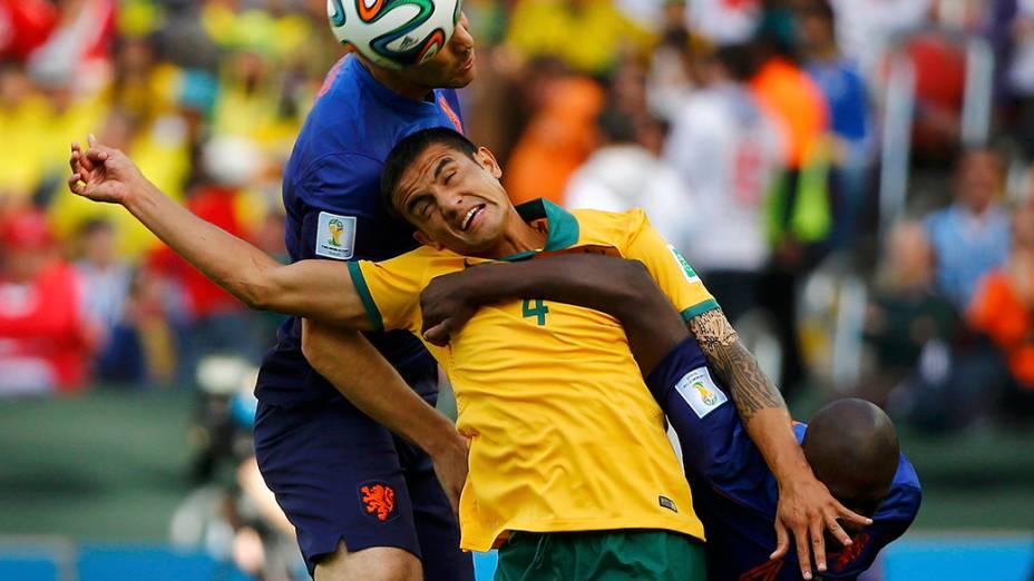 Tim Cahill disputa bola com holandeses, em Porto Alegre