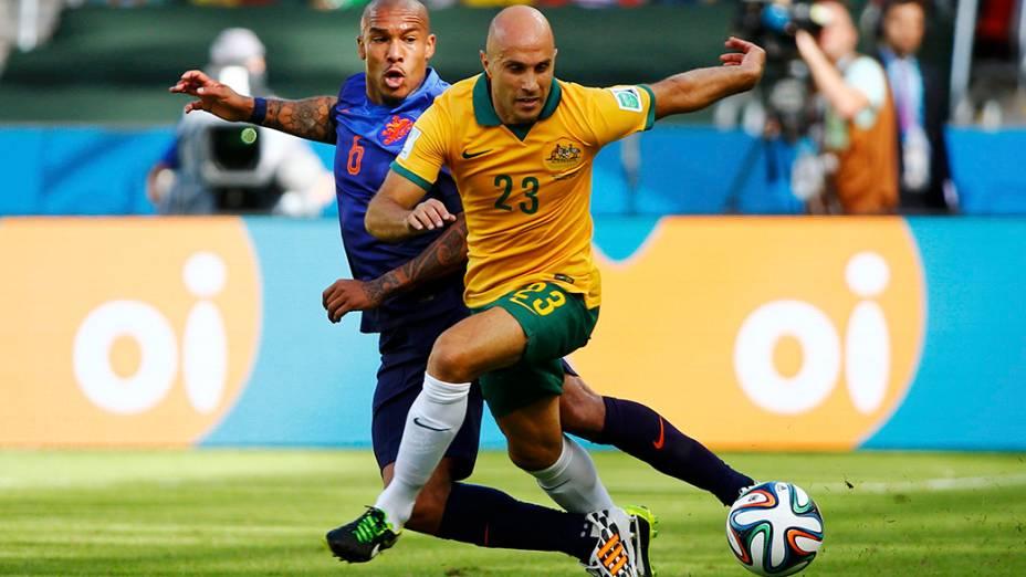Nigel de Jong e Mark Brescian, da Austrália, durante partida do Grupo B, em Porto Alegre