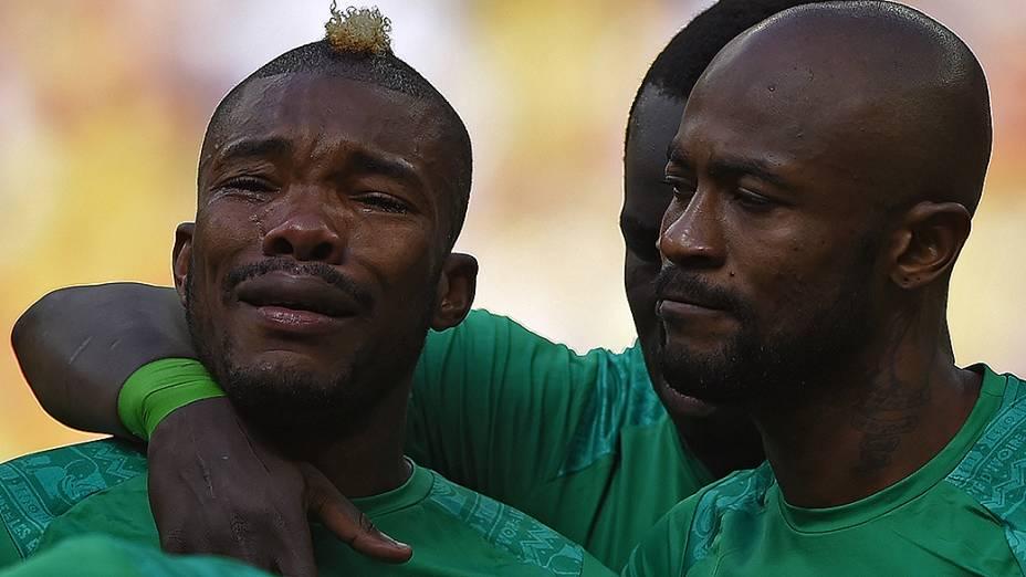 Geoffroy Serey, da Costa do Marfim, chora antes de partida contra a Colômbia