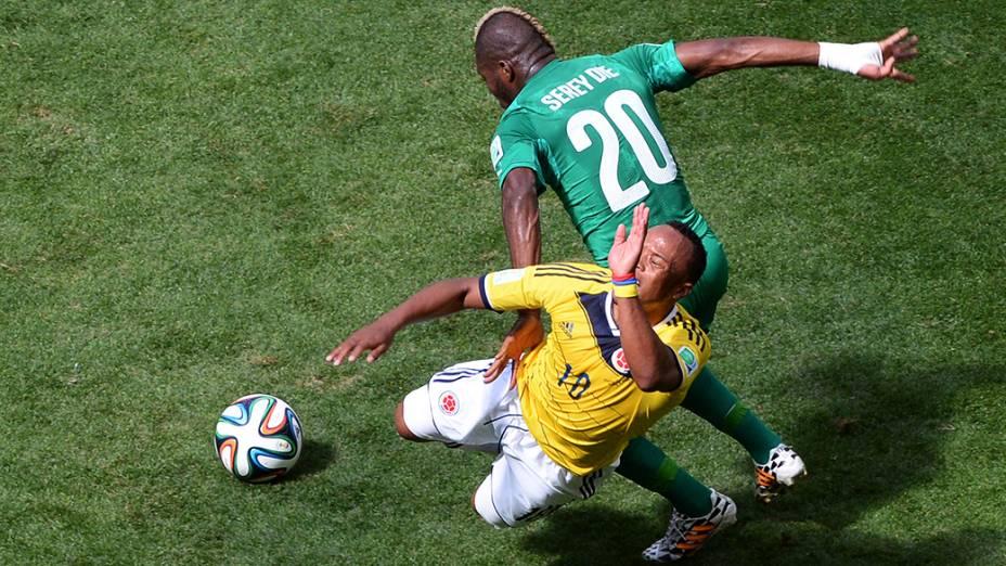 Lance da partida entre Colombia e Costa do Marfim no estádio ManéGarrincha, em Brasília
