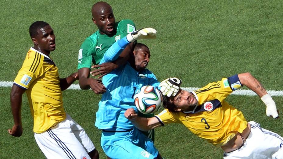Lance da partida entre Colombia e Costa do Marfim no estádio Mané Garrincha, em Brasília