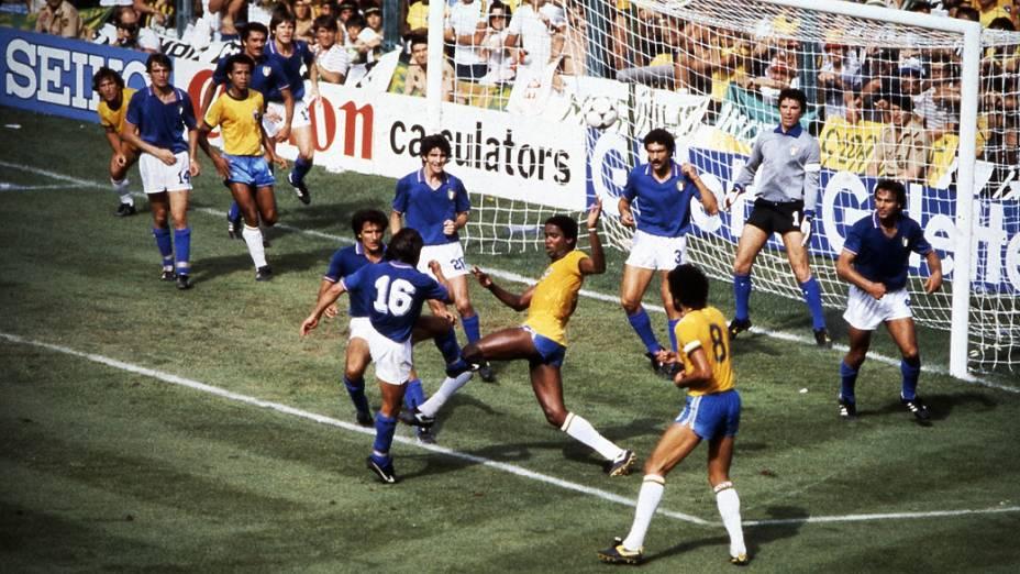 Zico e Serginho, do Brasil, no jogo contra a Itália, pela Copa do Mundo de 1982