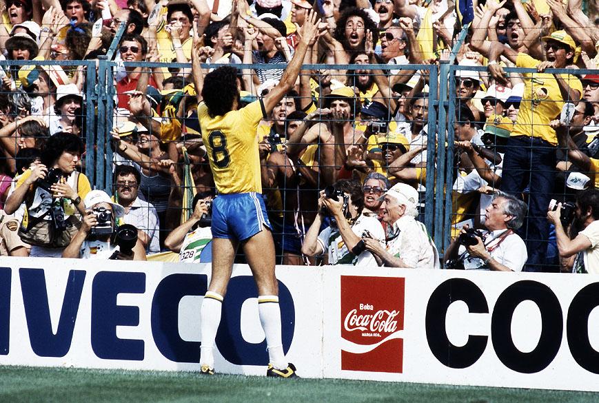 Sócrates comemorando seu gol no jogo contra a Itália, na Copa do Mundo de 1982, no Estádio Sarriá<br>