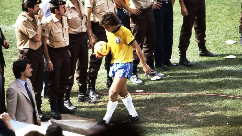 Zico, da seleção brasileira, deixando o gramado após jogo contra a Itália, pela Copa do Mundo de Futebol de 1982