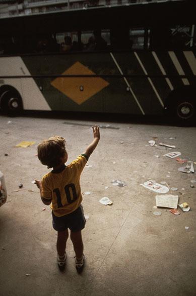 Filho do Zico se despede do pai na saída do ônibus da seleção brasileira do estádio Sarriá, palco da eliminação do Brasil em 1982